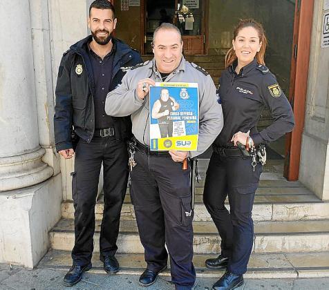 Los policías nacionales Alberto y Vicky, junto al vigilante 'Primo'.