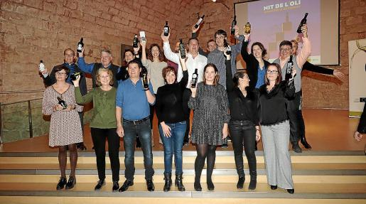 Imagen de grupo de los productores de aceite de oliva extra de Mallorca, en el Aljub de Es Baluard.