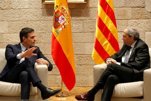 El presidente catalán, Quim Torra, y el presidente del Gobierno, Pedro Sánchez, durante la reunión que mantuvieron en el Palau de la Generalitat.