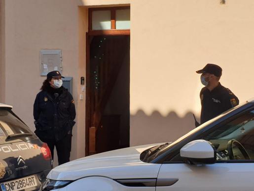 Varios agentes, con mascarillas, a las puertas de la vivienda.