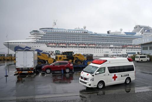 Una ambulancia junto al crucero de Japón, donde han fallecido dos personas por coronavirus.