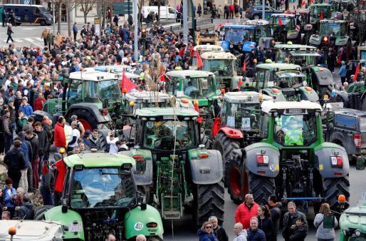 Protesta de agricultores y ganaderos por los bajos precios de sus productos.