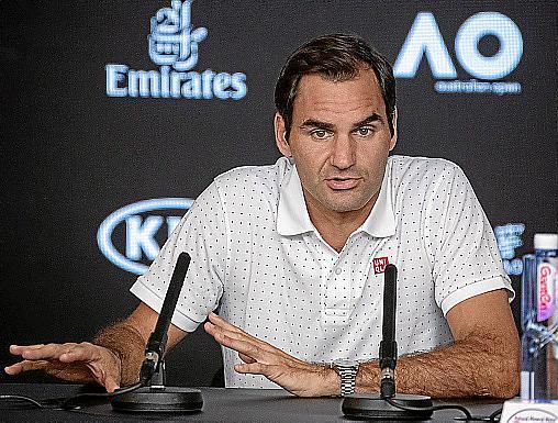 Roger Federer atiende a los medios durante una rueda de prensa en el Abierto de Australia en Melbourne.