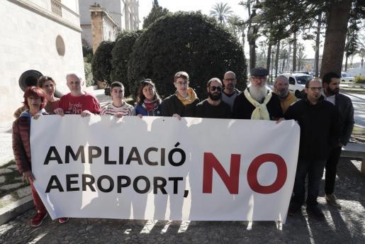 Miembros de la Plataforma contra la ampliación del aeropuerto de Palma.