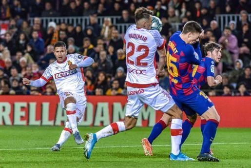 El Cucho Hernández tira a puerta ante Budimir, Lenglet y Roberto durante el partido que enfrentó al F.C. Barcelona y al Real Mallorca.