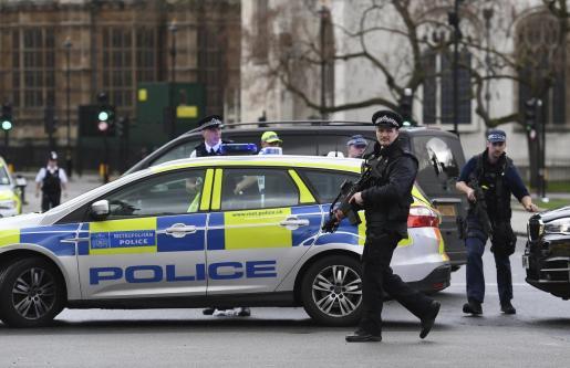 Agentes de policía británicos han detenido al atacante.