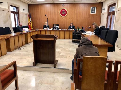 El acusado, de 26 años, durante el juicio en la Audiencia de Palma.