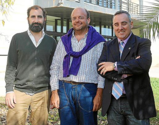 Los doctores Albert Sesé, Francisco Forteza y José María Carretero posan después de recibir un premio en un congreso internacional donde se presentó el embrión de esta herramienta.