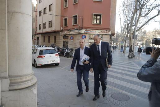 El expresidente del Consell de Formentera, Jaume Ferrer (GxF), llega a los juzgados de Vía Alemania.