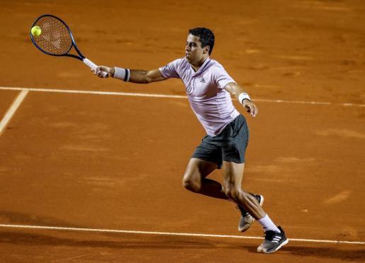 El tenista mallorquín Jaume Munar responde una bola contra el austríaco Dominic Thiem, durante su partido del Abierto de Río.