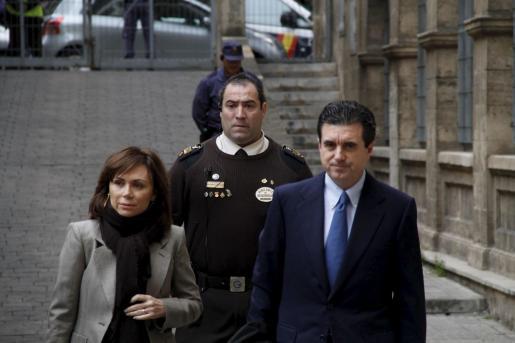 Jaume Matas y Maite Areal, a su llegada a los juzgados.