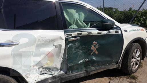 Así ha quedado el vehículo de la Guardia Civil tras el impacto.