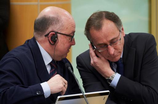 Los parlamentarios del PP, Alfonso Alonso (d) y Carmelo Barrio (i) conversando.