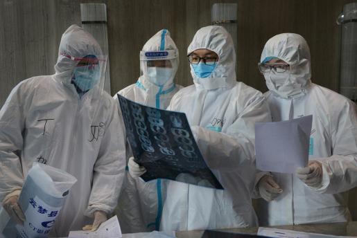 Médicos trabajando para combatir al coronavirus.