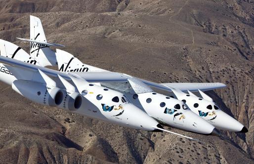 Espectacular imagen de la nave 'VSS Enterprise' sobre el desierto de California.