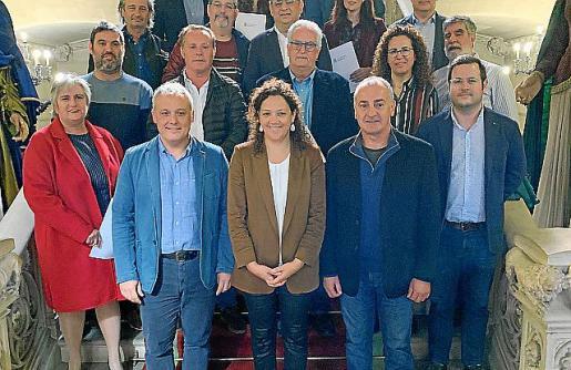 La presidenta Cladera, junto a los alcaldes y regidores.