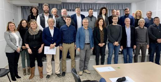 La presidenta del Consell de Mallorca, Catalina Cladera, con los representantes de los ayuntamientos beneficiados.