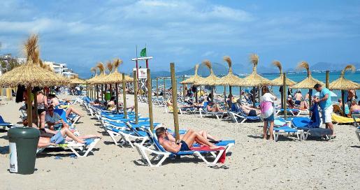 La playa de Can Picafort cuenta con servicios como tumbonas, sombrillas y instalacones de ocio.