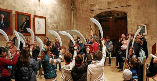 Imagen de una visita guiada al Consolat de Mar con actos para escolares durante un anterior Dia de les Illes.