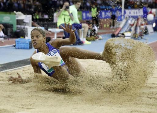 La atleta venezolana Yulimar Rojas ejecuta el mejor salto de la historia con 15,43 metros en su último salto, este viernes, durante la competición en la categoría de triple salto femenino en el Meeting Villa de Madrid de atletismo.