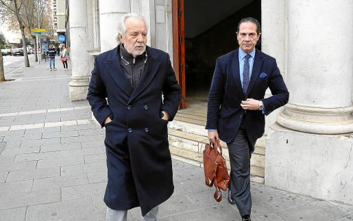 Bartolomé Cursach, junto a su abogado defensor, Enrique Molina, en enero de 2019.