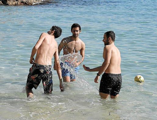 Antón Pastur, Ander Iglesias e Iago Ferreiro no dudaron en meterse en el agua, en Illetes.