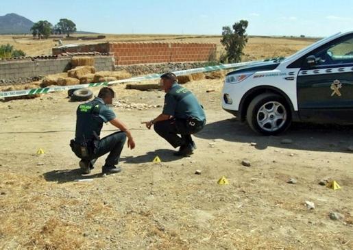 Dos guardias civiles en la finca de Badajoz donde se produjo el tiroteo.