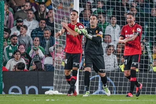 Martin Valjent, Manolo Reina y Antonio Raíllo protestan una decisión del árbitro durante el partido del Mallorca contra el Betis en el Benito Villamarín.