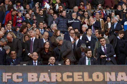 Imagen del pequeño escudo del Real Madrid en el marcador del Camp Nou, situado justo debajo de la posición del presidente del Barcelona.