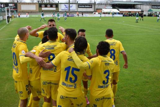 Los jugadores del Atlético Baleares celebran un gol en el campo del Coruxo.