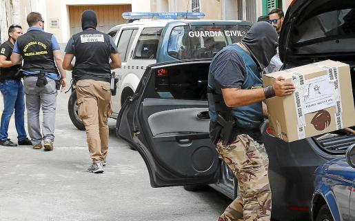 La Guardia Civil intervino el pasado martes abundante documentación que está analizando.