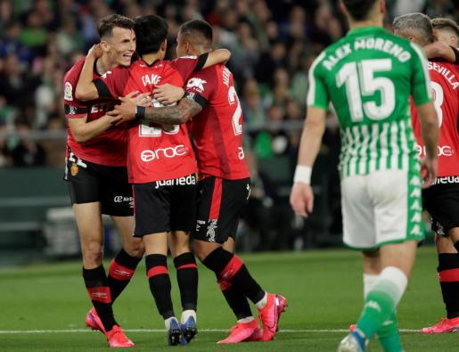 El delantero del Mallorca Ante Budimir celebra con sus compañeros tras marcar el segundo gol ante el Real Betis, durante el partido de Liga en Primera División que disputaron el viernes en el estadio Benito Villamarín, en Sevilla.