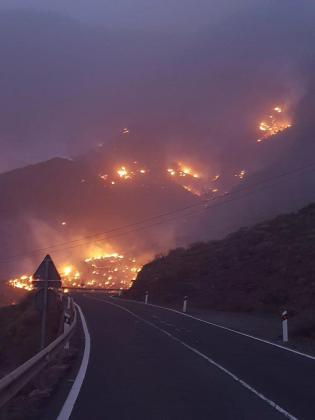 Imagen facilitada por el Cabildo de Gran Canaria del incendio declarado este sábado en la localidad de Tasarte, en el municipio de La Aldea, en Gran Canaria.