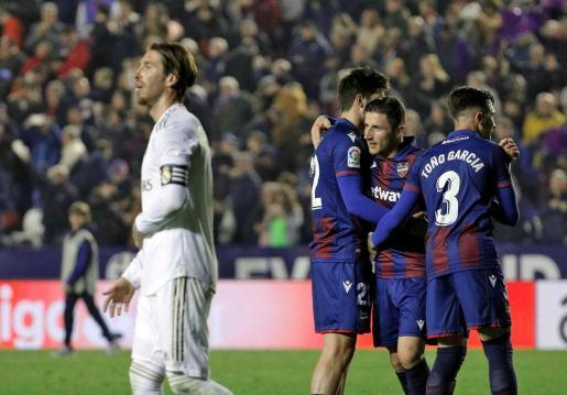 Los jugadores del Levante celebran la victoria ante el Real Madrid,al término del partido de Liga en Primera División disputado este sábado en el estadio Ciutat de Valencia.