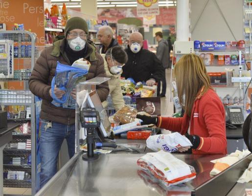 Las autoridades han prohibido que los ciudadanos residentes puedan entrar y salir de los municipios focos de infección.