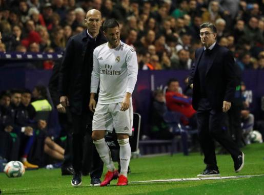 Eden Hazard se retira lesionado junto a Zidane en el partido ante el Levante.