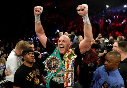 Tyson Fury celebra su victoria en el combate por el título mundial del Consejo en los pesos pesados.