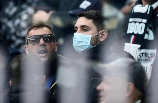 Un aficionado, en la grada con una mascarilla durante el partido Génova-Lazio.