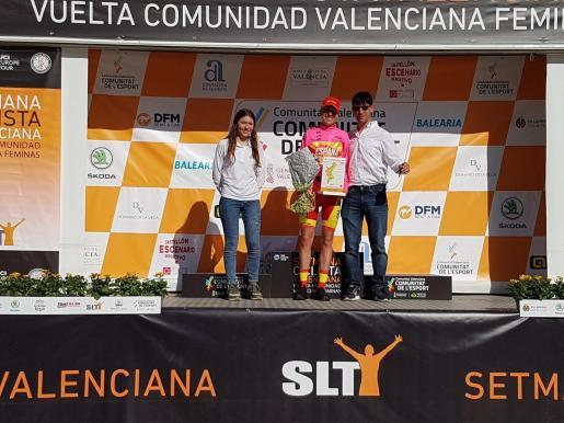 Mavi García recibe el maillot de líder de los esprints en Vila-real.
