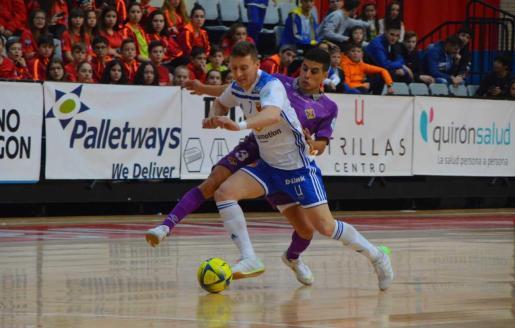 El jugador del Palma Futsal Hamza presiona a un rival.