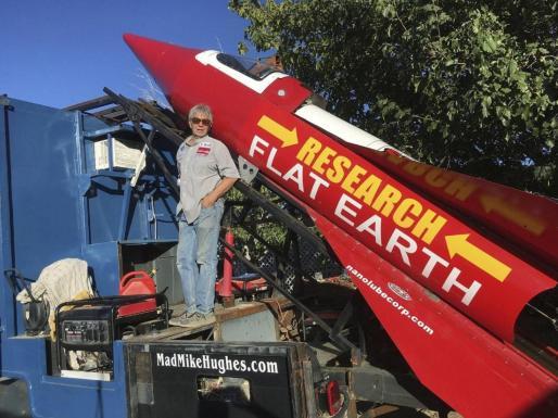 'Mad Mike', a sus 64 años, había realizado numerosas acrobacias como saltos de larga distancia en limusina o lanzamientos en cohetes fabricados por él mismo.
