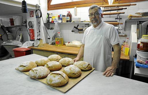 Antoni Bisanyes lleva más de 40 años al frente de su horno tradicional en el Port de Pollença.