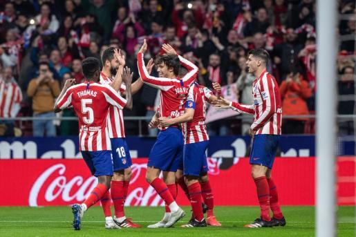 El delantero del Atlético de Madrid Joao Félix, en el centro, celebra con sus compañeros tras marcar el tercer gol ante el Villarreal, durante el partido de Liga en Primera División que disputaban este domingo en el estadio Wanda Metropolitano, en Madrid.