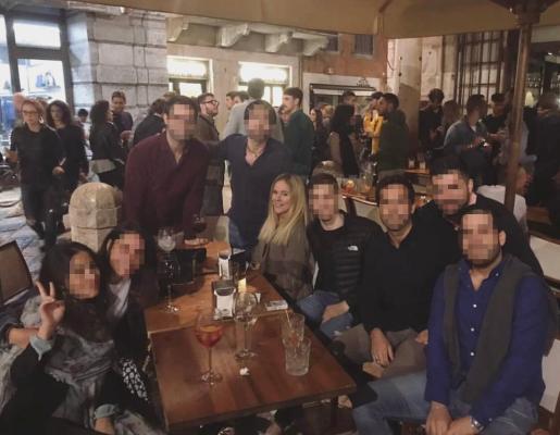 Noemi Montes Leza, de pelo rubio en el centro de la foto, junto a un grupo de españoles en la Piazza Erbe.