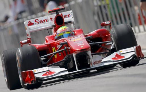 Alonso conduce su monoplaza durante la segunda sesión de entrenamientos libres del Gran Premio de Bahrein.