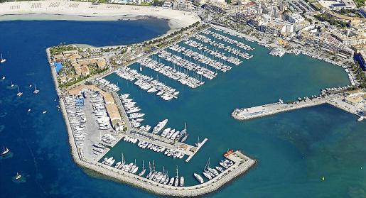 El puerto deportivo cuenta actualmente con 745 amarres y su varadero ocupa 12.000 metros cuadrados.