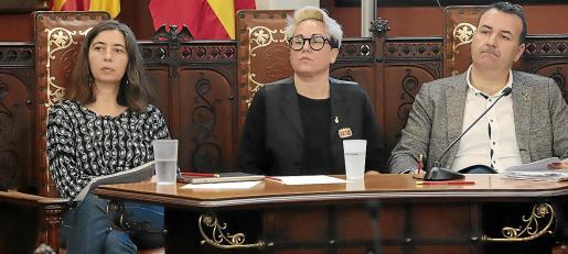 La edil Sonia Vivas, en un pleno de Cort, entre los regidores Neus Truyol (Més) y Francesc Dalmau (PSOE).