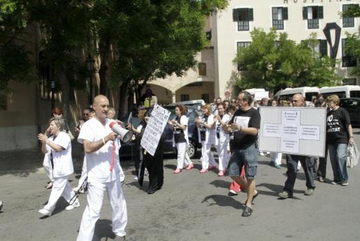 Un grupo de trabajadores del Hospital General ha protestado hoy a las puertas del centro.