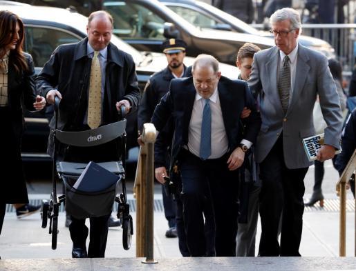 El ex productor de Hollywood Harvey Weinstein (c), este lunes a su llegada al Tribunal Supremo del estado de Nueva York (Estados Unidos).