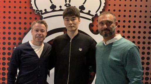 Ki Sung-yueng, en el centro, junto al consejero Graeme Le Saux y el director deportivo del Mallorca, Javier Recio.